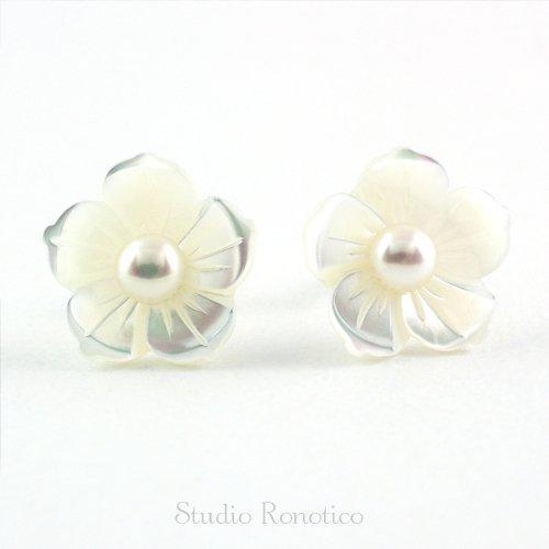 14kgf 白蝶貝 と 本真珠 淡水パール お花の彫刻ピアス