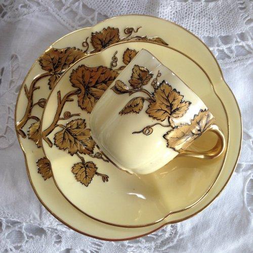ヴィクトリア時代中期・コールポート・エンボス模様と金彩が美しいトリオ(送料込)