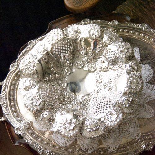 シルバープレート・バラの模様の打ち出しと透かし細工が美しいゴージャスなタッツア(送料込)