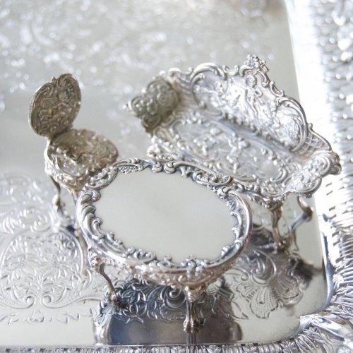 シルバー・純銀・ミニチュアの天使の家具セットーソファと小さな椅子とテーブル(送料込)