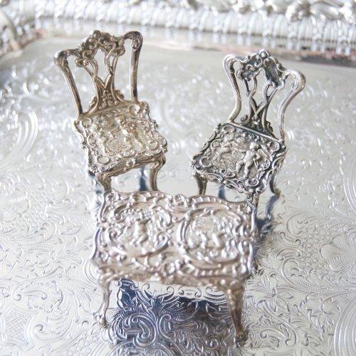 シルバー・純銀・ミニチュアの天使の家具セットー椅子2脚と四角いテーブル(送料込)