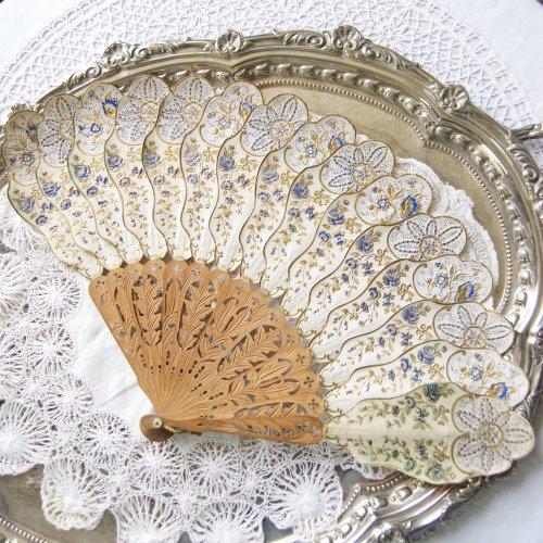1870年代・金彩とブルーでバラと星型のようなモチーフとリボンがエンボス模様で施された扇(ファン)(送料込)