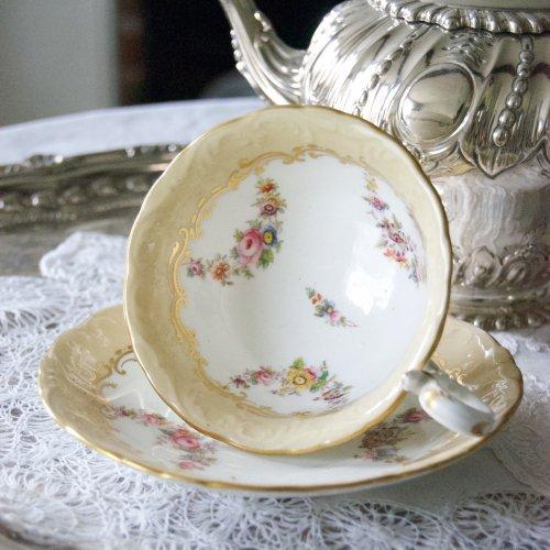 1850年代・コールポート・ベージュ色とお花がたくさんの小さなガーランド・アデレードシェイプのカップ&ソーサー(送料込)