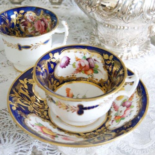 メーカー不明・1810年代ー1820年代・ロンドンシェイプ・コバルト色と金彩・美しい手描きのティー、コーヒーカップトリオ(送料込)