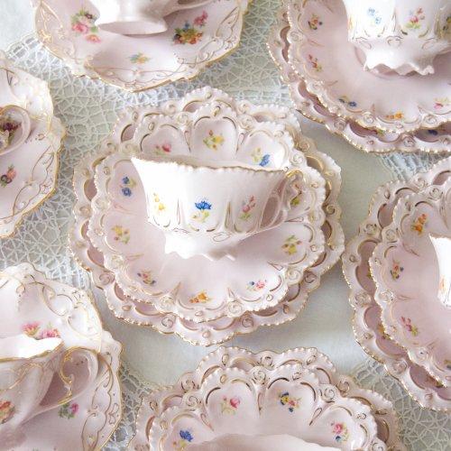 チェコ製・淡いピンクと金彩の天使の羽のようなハンドルの可愛らしいティーカップトリオ(送料込)