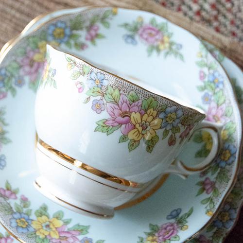 コルクロフ・淡い水色とパステル色のお花で縁取られたヴィンテージティーカップトリオ(送料込)