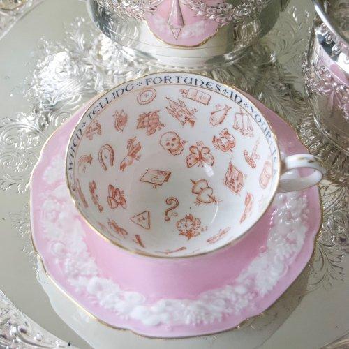 パラゴン・エンボス模様のついたピンク色のフォーチュンテリングカップ&ソーサー完品(送料込)