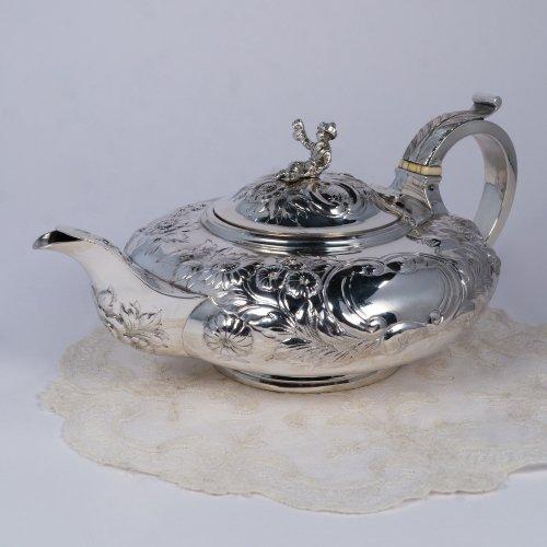 1824年・ジョージ4世・スターリングシルバー・お花のレピュセーが全体に施されたバチュラー ティーポット(送料込)