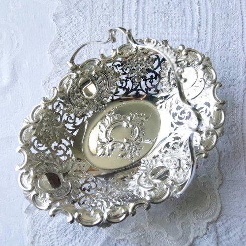 カルトゥーシュ装飾が華やかなシルバープレート製 ハンドル付きバスケット(送料込)