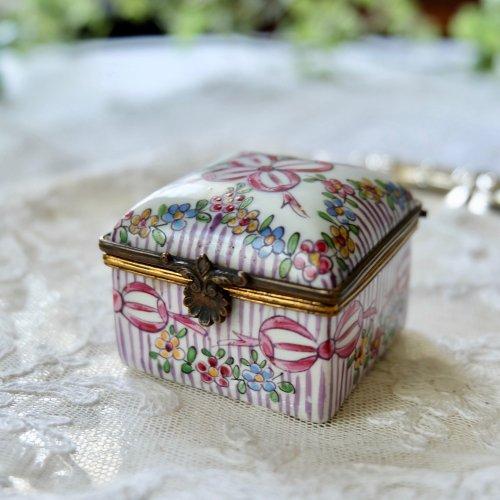 ピンクのリボンと手描きのお花柄が可愛いスクエア型パッチボックス(送料込)