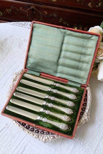 1907年・バラとスクロール柄のレピュセが美しいシルバープレート製バターナイフ6本セット 専用箱入り(送料込)