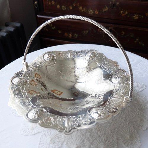1859年・シルバープレート製・フルーツとお花模様のハンドル付き浅型ブレッドバスケット(送料込)