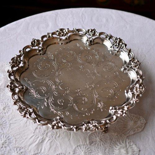 1790年・シェフィールドシルバープレート・スクロール柄の縁飾りが重厚感のあるサルヴァ(送料込)
