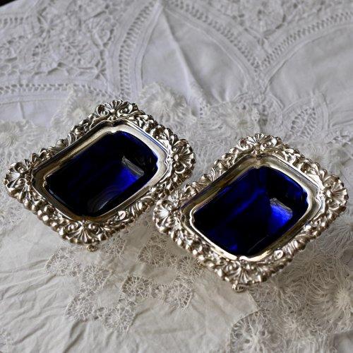 ヴィクトリア時代・シルバープレートとコバルトガラスの縁取りの装飾が美しいソルト入れー単品(送料込)