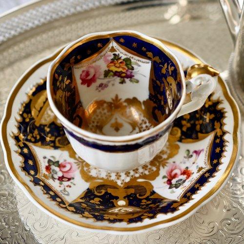 1820年代・サミュエルオールコック・コバルトとゴージャスな金彩と繊細な筆つかいの花束のコーヒーカップ&ソーサー(送料込)