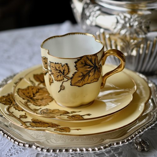 ヴィクトリア時代・コールポート・葡萄の葉柄のエンボス模様と金彩が美しいカップ&ソーサー(送料込)