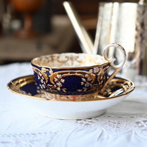 1820年・コールポート コバルトカラーとエンボスの花柄のカップ&ソーサー デュオ(送料込)