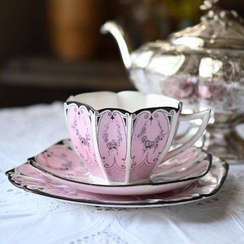 シェリー・クイーンアンシェイプ・ピンク色とブラックラインのティーカップトリオ(送料込)