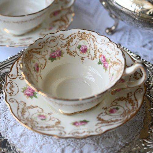 1910年・ロイヤルドルトン 踊るようなスクロール模様とピンクのバラが可愛いカップ&ソーサー(送料込)