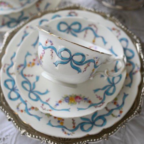 シェリーワイルマン・フォリーチャイナ ブルーのリボンとスワッグ柄が可愛らしいティーカップトリオ 2客あります。(送料込)