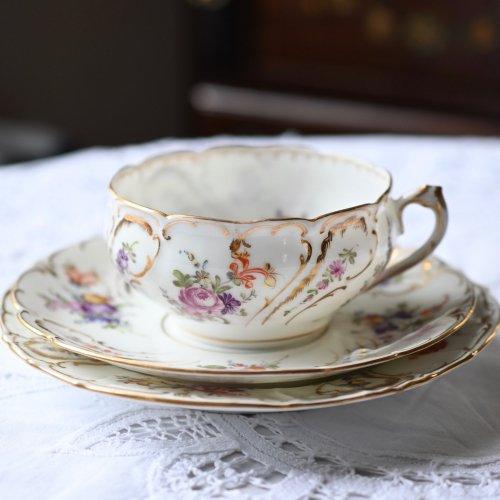 1890年・ドレスデン 丸いカップとエンボス模様が優雅なトリオ・訳あり(送料込)
