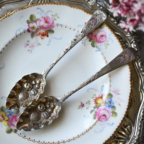 1804年・フルーツ柄のレピュセ装飾が美しいスターリングシルバー製ベリースプーン 1本ずつのお値段です(送料込)