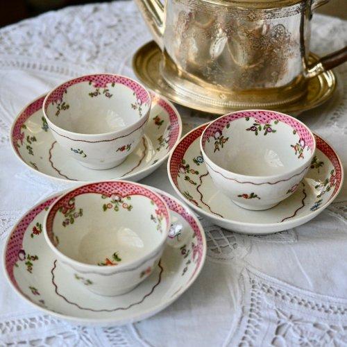 1790年代・ニューホール ピンクの縁取りと小花柄が可愛いティーボウル&ソーサー デュオ 2客あります。(送料込)