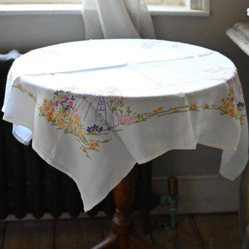 ヴィンテージリネン・お花に囲まれたレディ柄が手刺繍されたテーブルクロス(送料込)