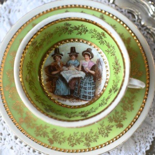 ティーパーティーをする女性が描かれた若草色のミニチュアカップ&ソーサー(送料込)