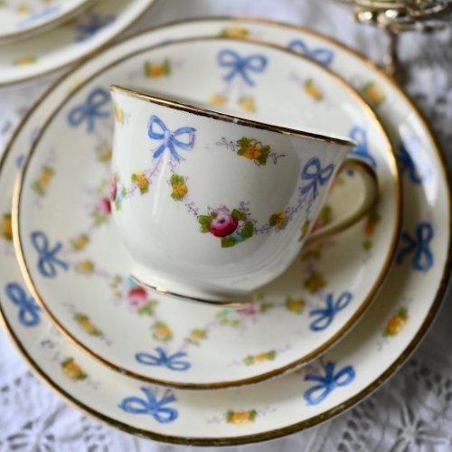 スタンダードチャイナ・ブルーのリボンと小花のガーランド柄 トリオ 2客あります(送料込)