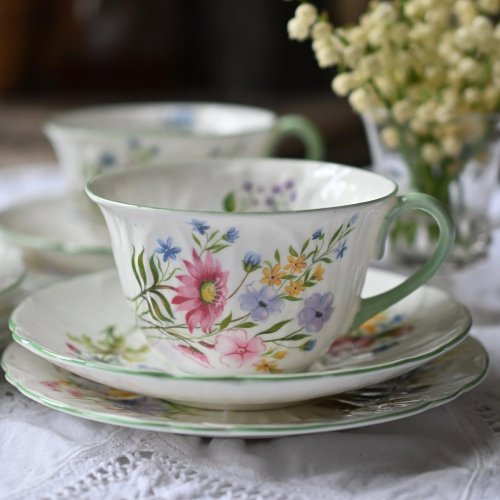 シェリー・オレアンダーシェイプ 可憐な野の花が美しいティーカップトリオ 2客あります(送料込)