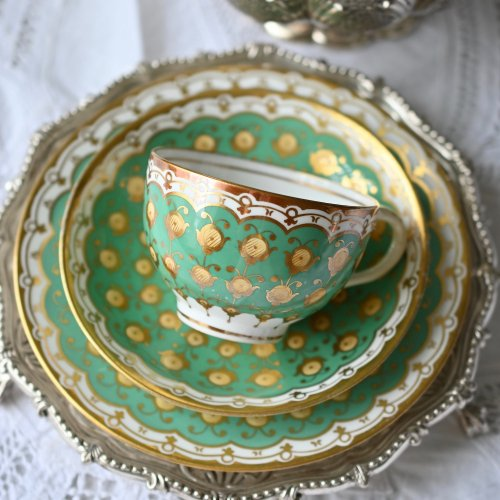 1850年代・メーカー不明 グリーンと金彩のアーチ模様が可愛いティーカップトリオ(送料込)