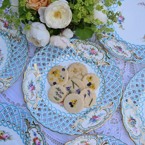 ミントン ヴィクトリア時代・透かし細工ミントンブルーと手描きの鮮やかなお花模様のキャビネットプレート 在庫6枚ございます(送料込)
