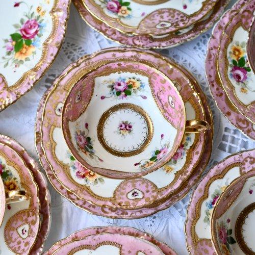 ポンパドールピンクとハート模様の金彩柄が可愛らしいオールドノリタケ風ティーカップ &ソーサー(送料込)
