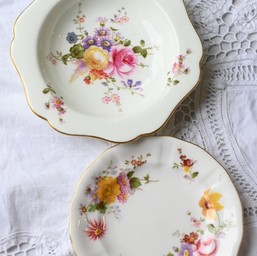 1970年代と1980年代 ロイヤルクラウンダービー・ポジーの白を基調とした金彩と花柄が可愛らしいお皿の2点セット(送料込)