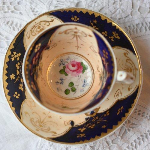 ヴィクトリア時代初期・淡いピーチカラーとコバルトブルーのバットウィング柄のようなティーカップ&ソーサー デュオ(送料込)