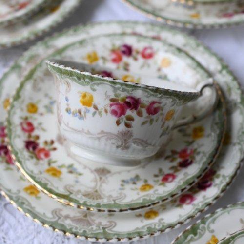 エドウォーディアン・オリーブ色のフルーテドリムとソフトな薔薇模様のトリオ5客&サンドウィッチプレートセット(送料込)