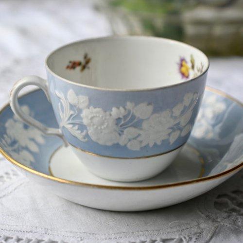 1800年初期・スポード 立体感のある白い花柄が美しいカップ&ソーサー(送料込)