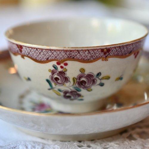 1770年代・ウースター窯 マルーンの格子模様と花柄が美しいティーボウル &ソーサー (送料込)