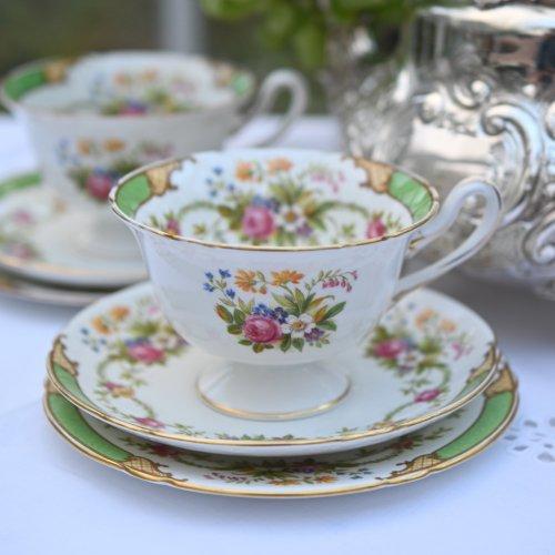 シェリー・ゲインズバラシェイプ  グリーンのリムとバラのガーランド柄が可愛らしいティーカップトリオ  2客ございます。(送料込)