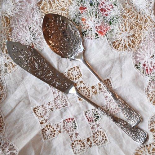 1880年代・シルバープレート製 アイビー柄のエングレイブが美しいジャムスプーンとバターナイフ 2点セット(送料込)