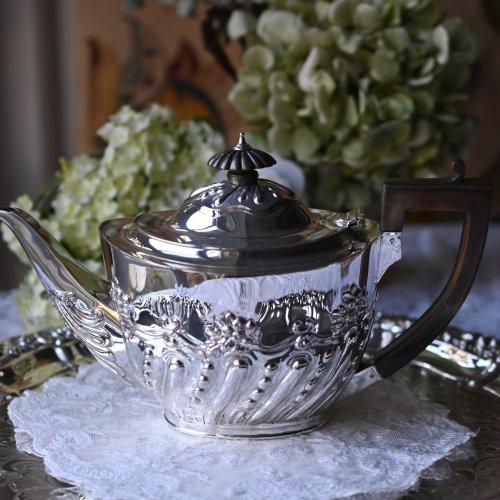 1800年代後期・スコットランド製 ハーフガドルーン柄が優雅な純銀製ティーポット(送料込)