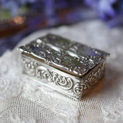 1907年 天使のレピュセ装飾が可愛いらしい小さなピルケース スターリングシルバー製(送料込)