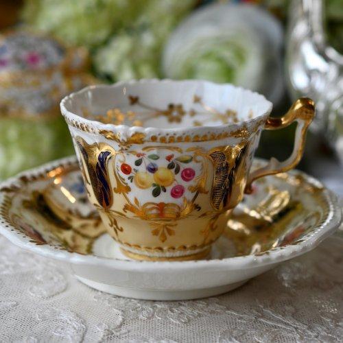 1820年代・イエーツ・ヤドリギ柄と手描きのフルーツがゴージャスなコーヒーカップ&ソーサー デュオ(送料込)