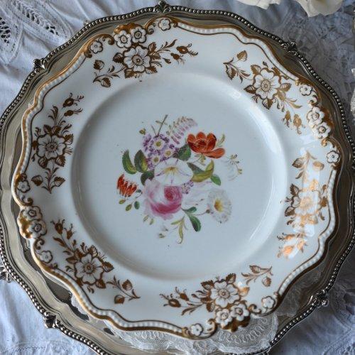 1830年代 リッジウェイ 白磁と金彩 お花のモールディングリムと手描きの大きなブーケが描かれたキャビネットプレート(送料込)