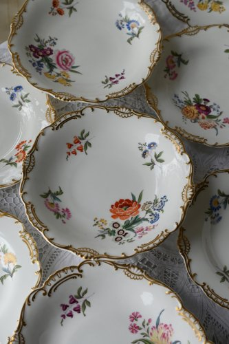 ミントン 白磁と花柄が美しいプレート&チャージャーのグランドセット (送料込)