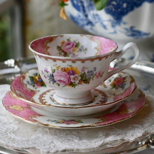 ロイヤルアルバート レディカーライル ピンクとフリル柄がきれいなティーカップトリオ(送料込)