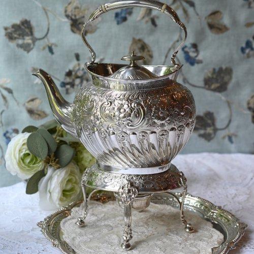 1890年代 シルバープレート製 オーバル型ハーフガドルーンとお花模様の打ち出しのティーケトル(送料込)