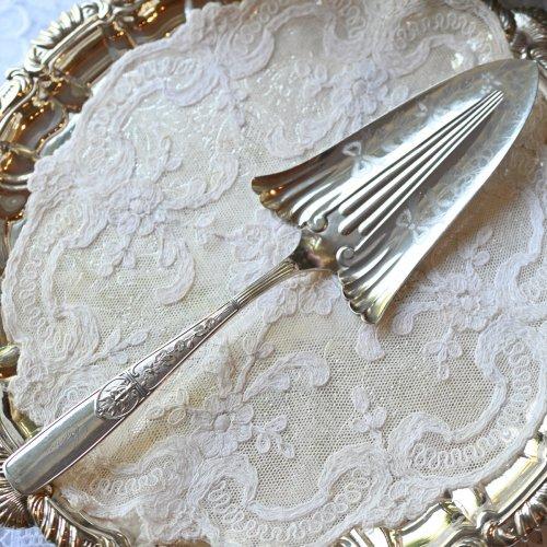 1880年代・アメリカ製シルバープレート リボンとお花模様がエングレイブされたケーキスライス (送料込)
