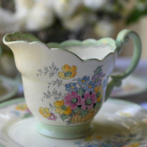 1930年代  パラゴン・クリーム色のバックグラウンドに淡いグリーンとお花模様がキュートなミルクジャグ (送料込)